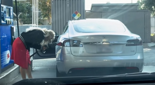 Video: woman tries to refill the Tesla at the gas station, it's just a masterpiece