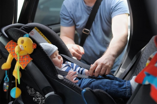 Is it possible to leave the child in the car with the window open?
